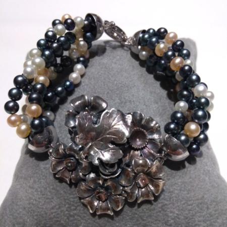 bracciale con perle bianche e grigie